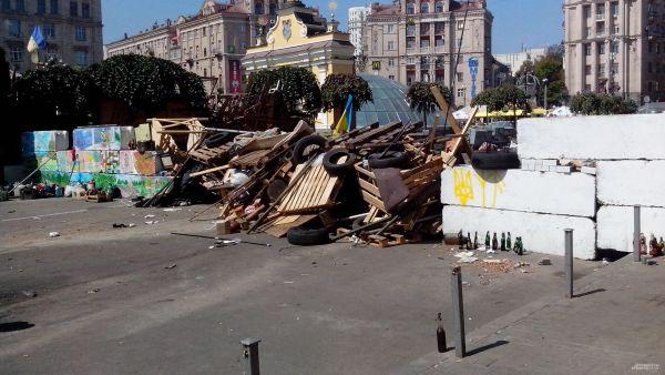 Жители Майдана возобновили баррикаду напротив отеля «Казацкий»
