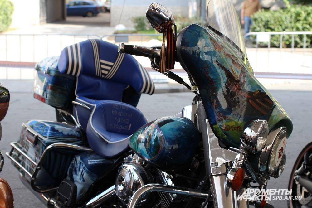 Мотоцикл, расписанный «митьком» Дмитрием Шагиным