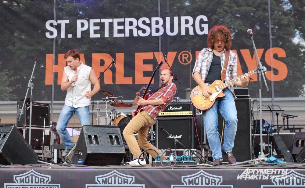 Группа «The Straddle» выступила в день открытия мотофестиваля.