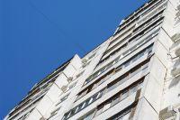 Женщина выпала из окна многоэтажки.