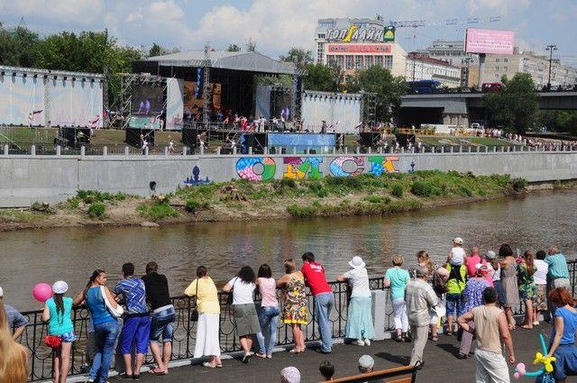 Именно на набережной Оми началось празднование Дня города.