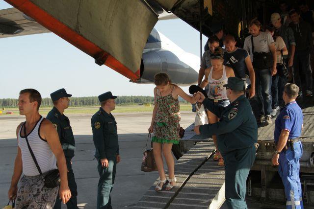 Беженцы с Украины, прибывшие рейсом спецборта МЧС.