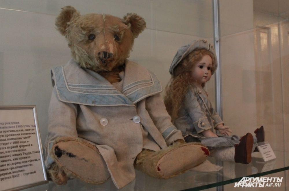 Медведь фирмы STEIFF. Одежда сшита вручную прежними хозяевами, год рождения - приблизительно 1905-1906.