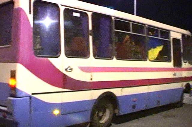 Военнослужащие, сев в автобус, вывесили в окно флаг Украины