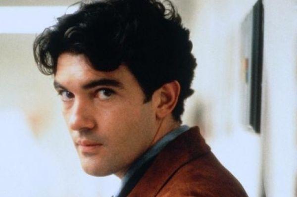 В начале 1990-х годов Бандерас прокладывает актерскую тропинку за пределы Испании. Первой успешной Голливудской картиной для него стал фильм «Филадельфия» (1993), где партнером актера по площадке был Том Хэнкс. Картина получила «Оскар».