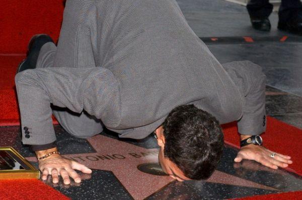 На аллее славы в Голливуде Бандерас получил звезду. В свободное от съемок время актер занимается виноделием: он владеет собственным виноградником Anta Banderas в Испании.