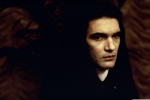 Следующий успех последовал через год. «Интервью с вампиром» 1994-го года в звездном составе с Бредом Питтом и Томом Грузом, «Четыре комнаты» (1995) и «Отчаянный» Роберто Родригеса принесли Бандерасу мировую славу и признание.