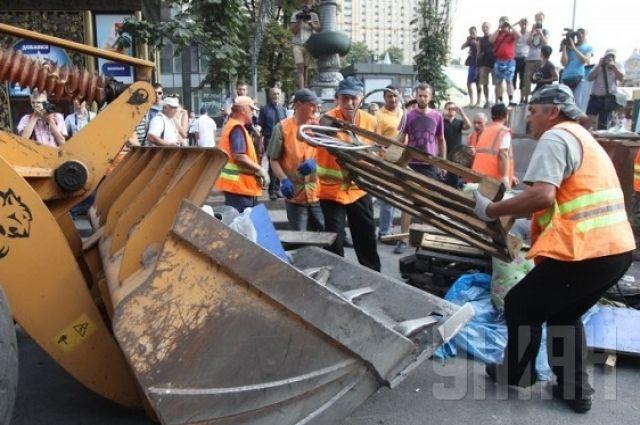 Уборка Баррикад на Майдане