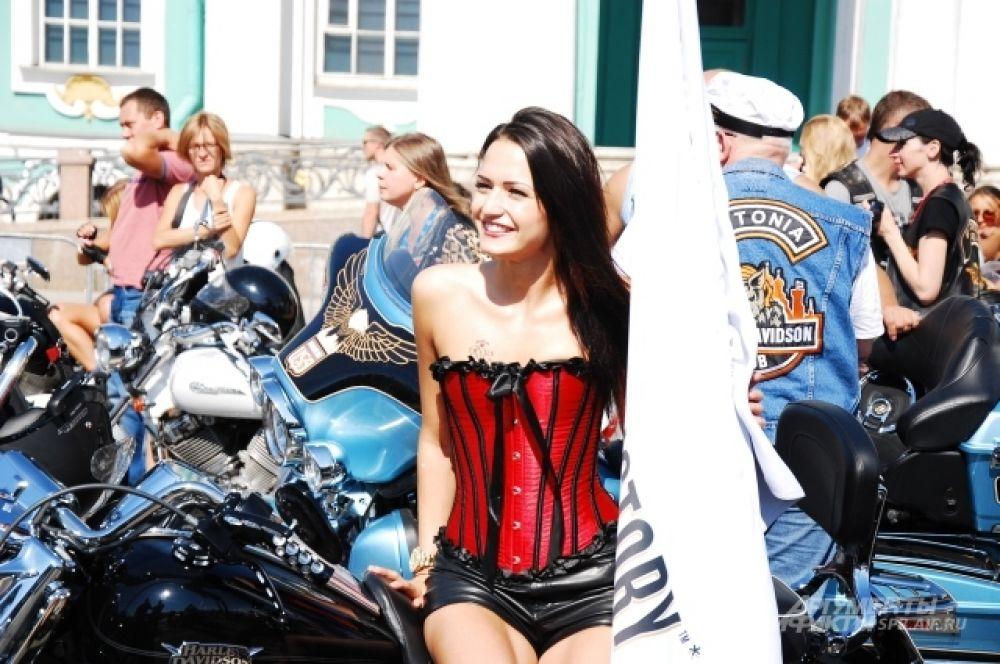 Девушки с удовольствием позировали на мотоциклам в жаркую погоду, устоявшуюся в Петербурге.
