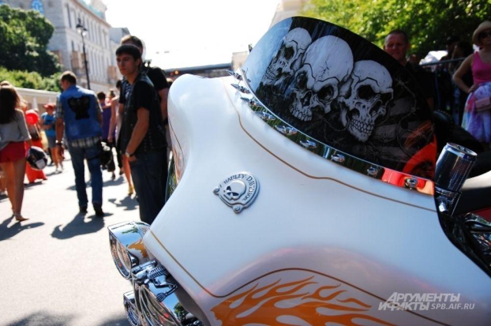 Мотоцикл, украшенный черепами и языками пламени, проехался по Невском проспекту в составе общей колонны.