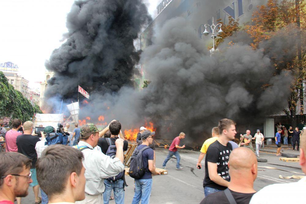 Горящие покрышки и палатки активистов Майдана в Киеве