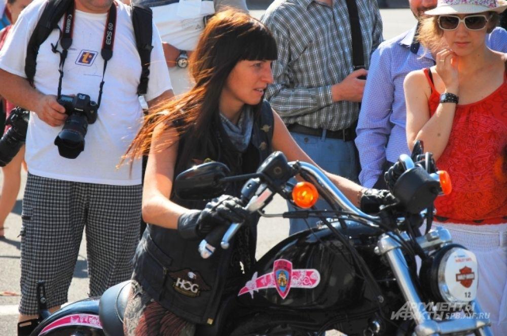 За девушкой, управляющей мотоциклом легендарной марки, смотрели несколько десятков зрителей.