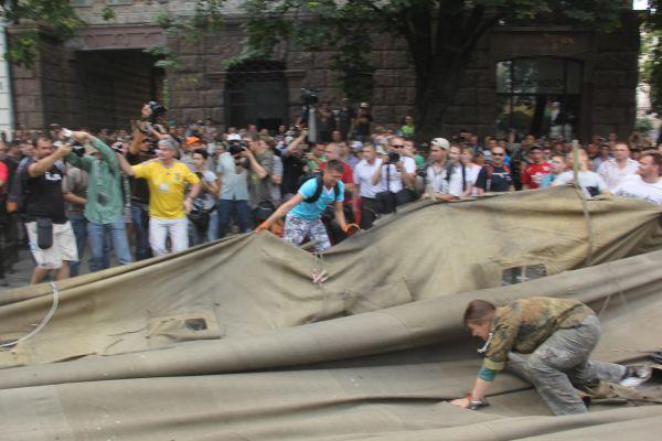 Как киевляне сносили палатки активистов Майдана