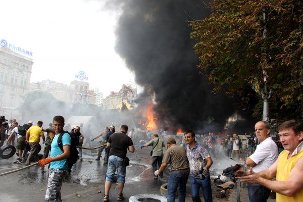 Горящие покрышки и палатки активистов на Майдане Незалежности