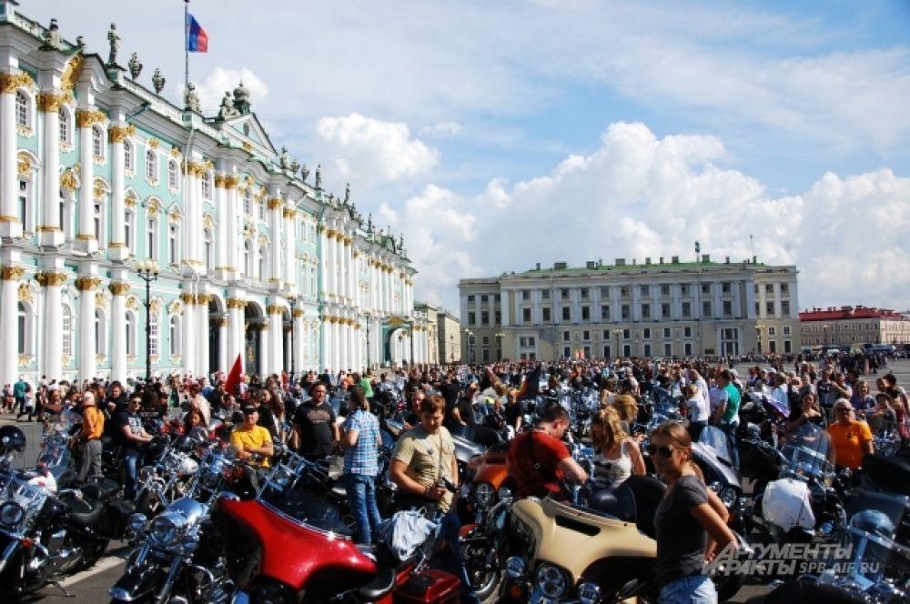 Несколько десятков мотоциклов были выставлены у Зимнего дворца.