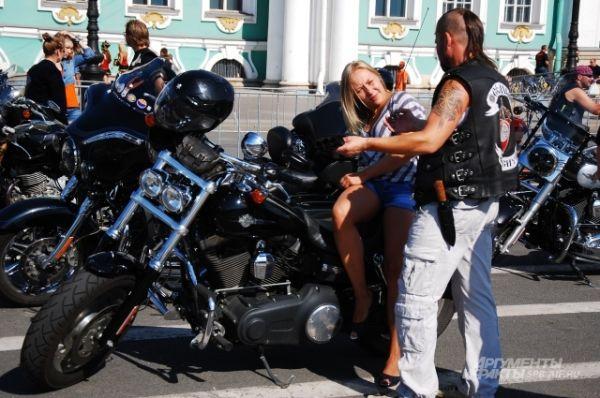 Многие байкеры приезжали в центр города со спутницами.