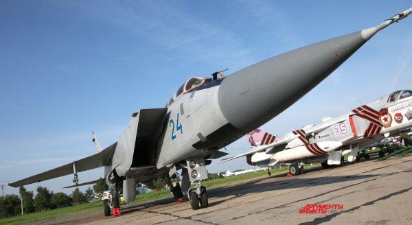Сверхзвуковой истребитель-перехватчик МИГ-31