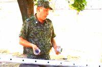 Василий Малаев демонстрирует осколки снарядов