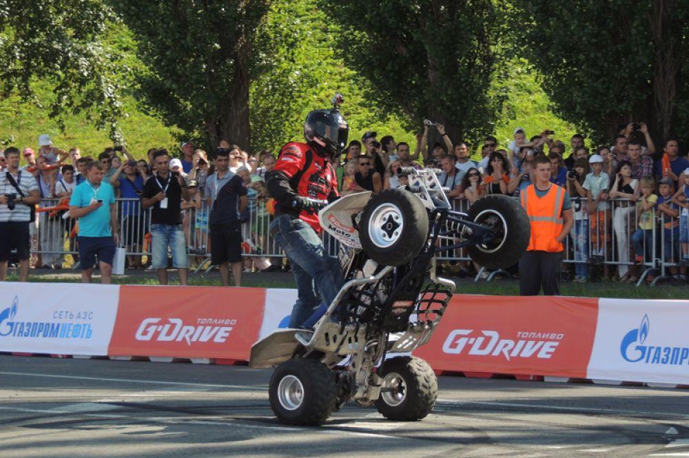 Мотогонщики восхитили публику своими каскадерскими трюками.