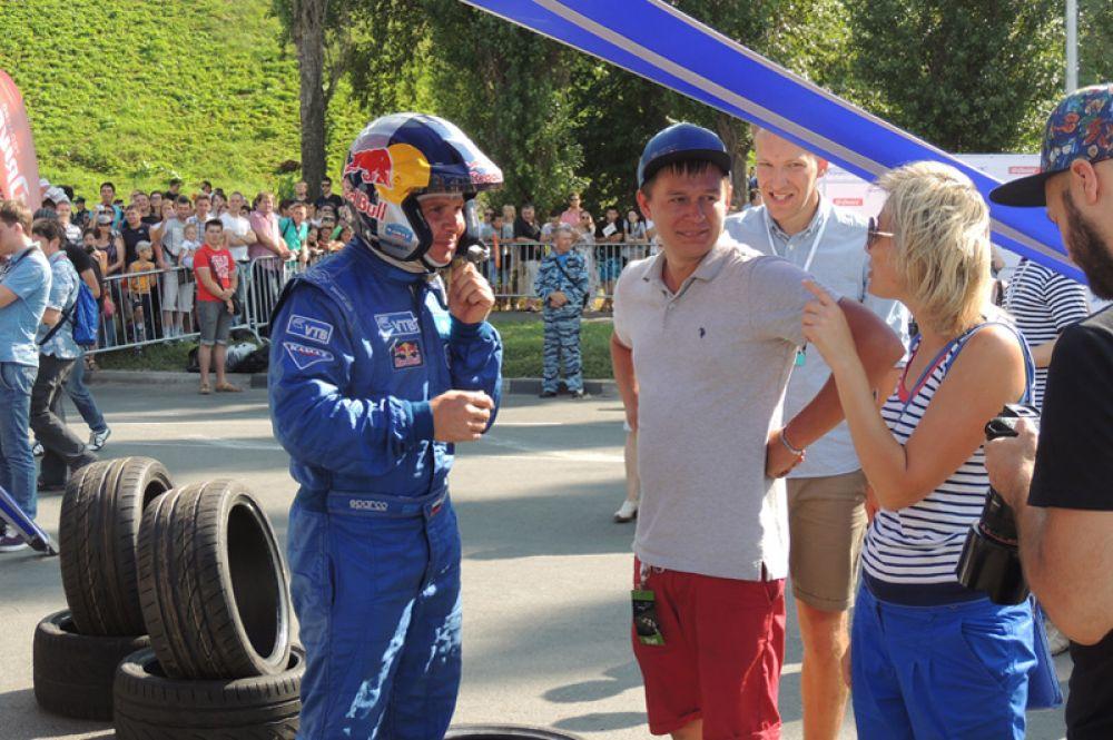 Автогонщики охотно общаются с гостями праздника и прессой.