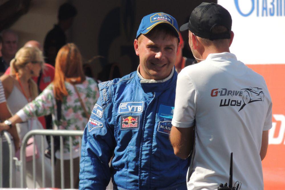 Эдуард Николаев, трехкратный победитель Кубка мира по ралли рейдам, после заезда.