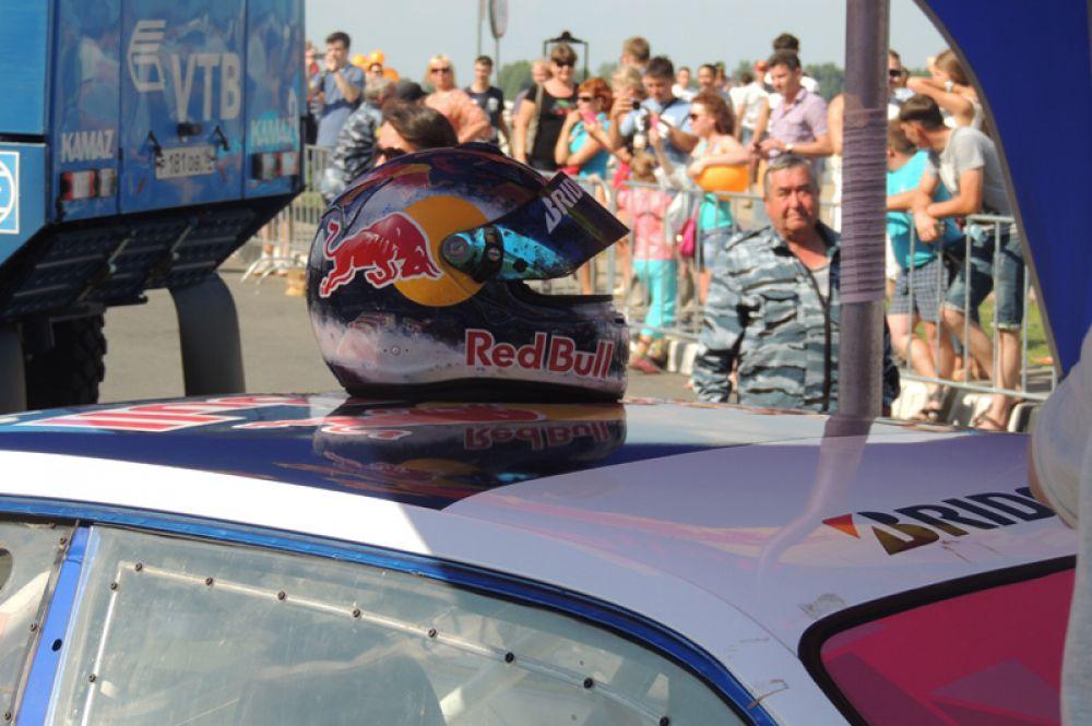 После заезда автогонщики первым делом снимают шлемы- жарко!