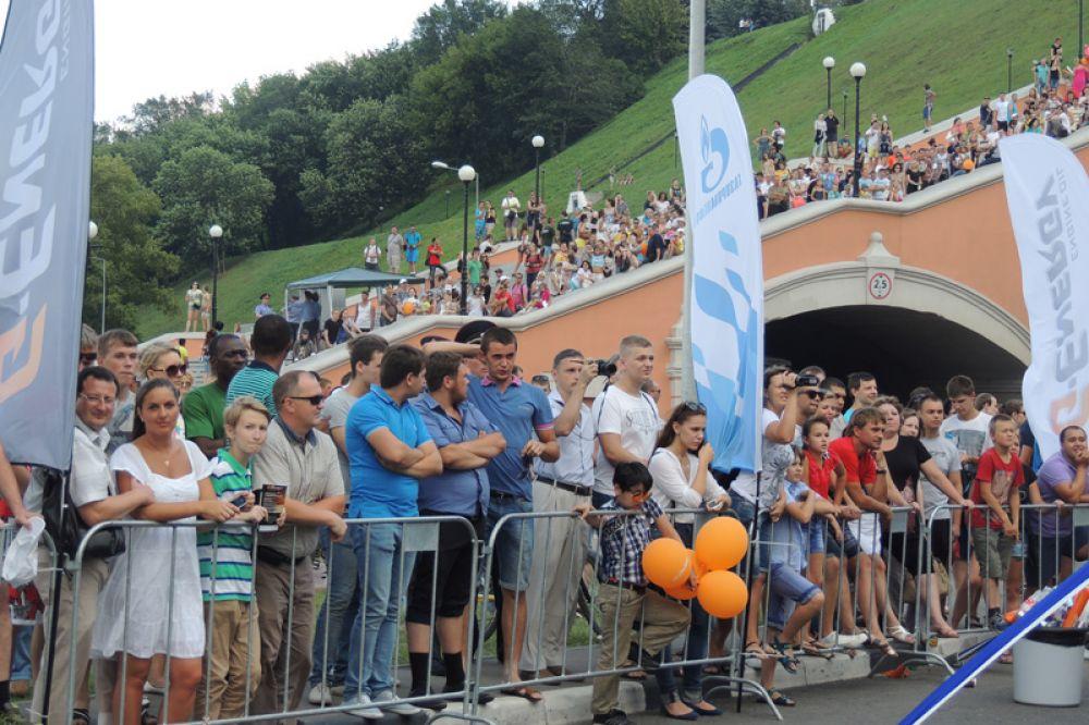 Нижегородцы и гости города собрались у подножия Чкаловской лестницы.