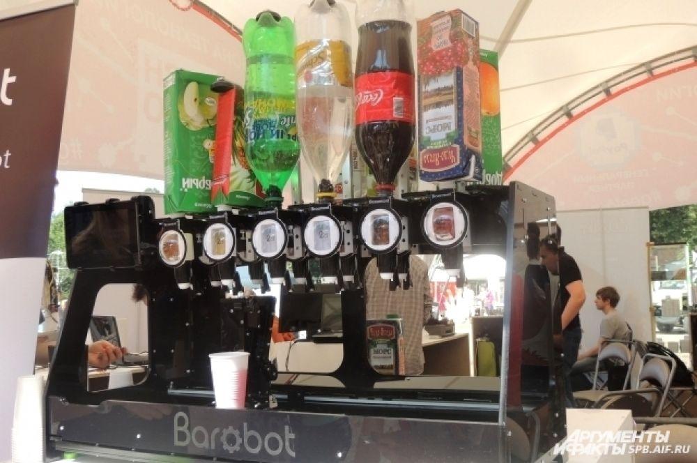 Робот-бармен умеет делать коктейли.