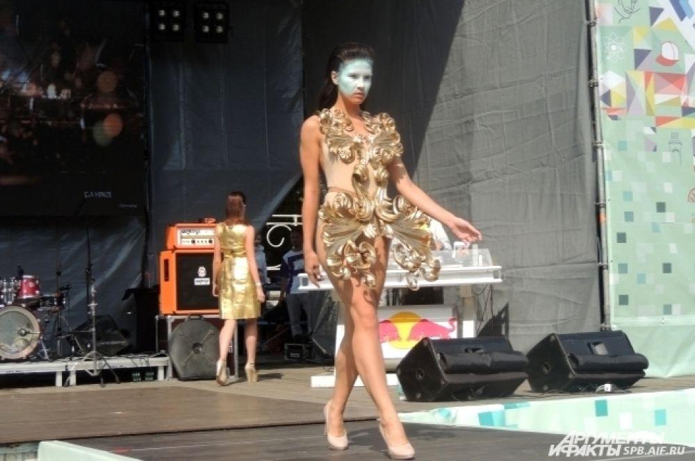 Одежда на модели сделана с помощью 3D-принтера.