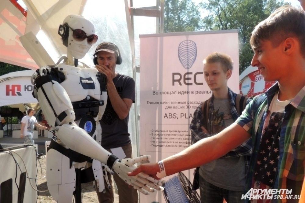 Этот робот умеет играть в мячик и жать руку собеседнику.