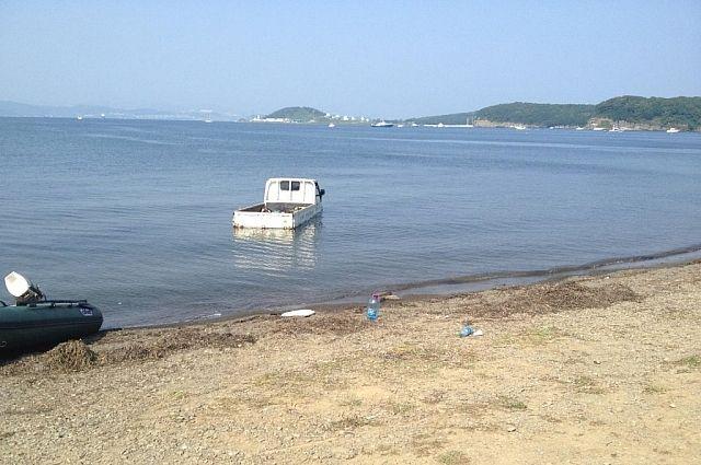 Скатившись, грузовик заехал в море.