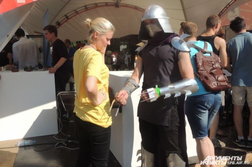 Некоторые пришли на фестиваль в костюмах героев мультфильмов.