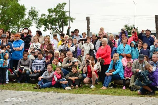 Гости праздника в ожидании концертной программы.