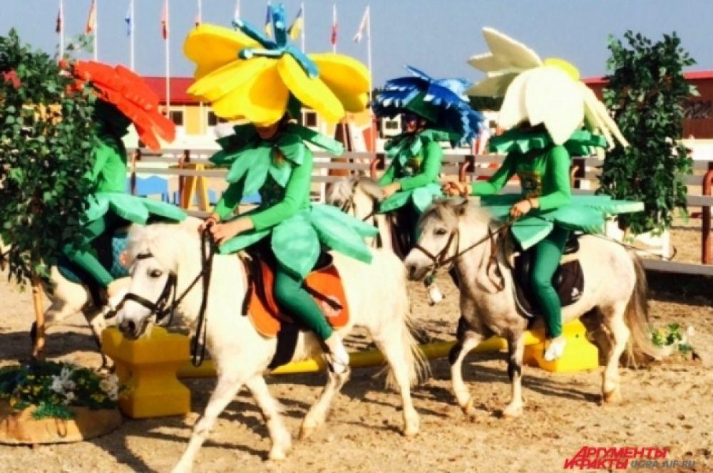 Между гонками гостей развлекали эстафетами, конкурсами и костюмированными представлениями.