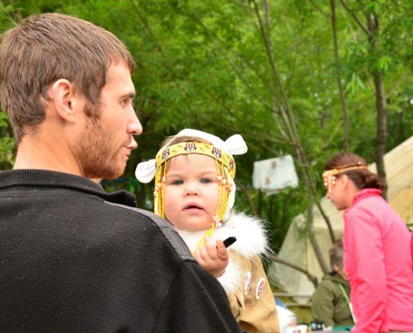 Маленькая гостья тоже примерила национальный наряд.