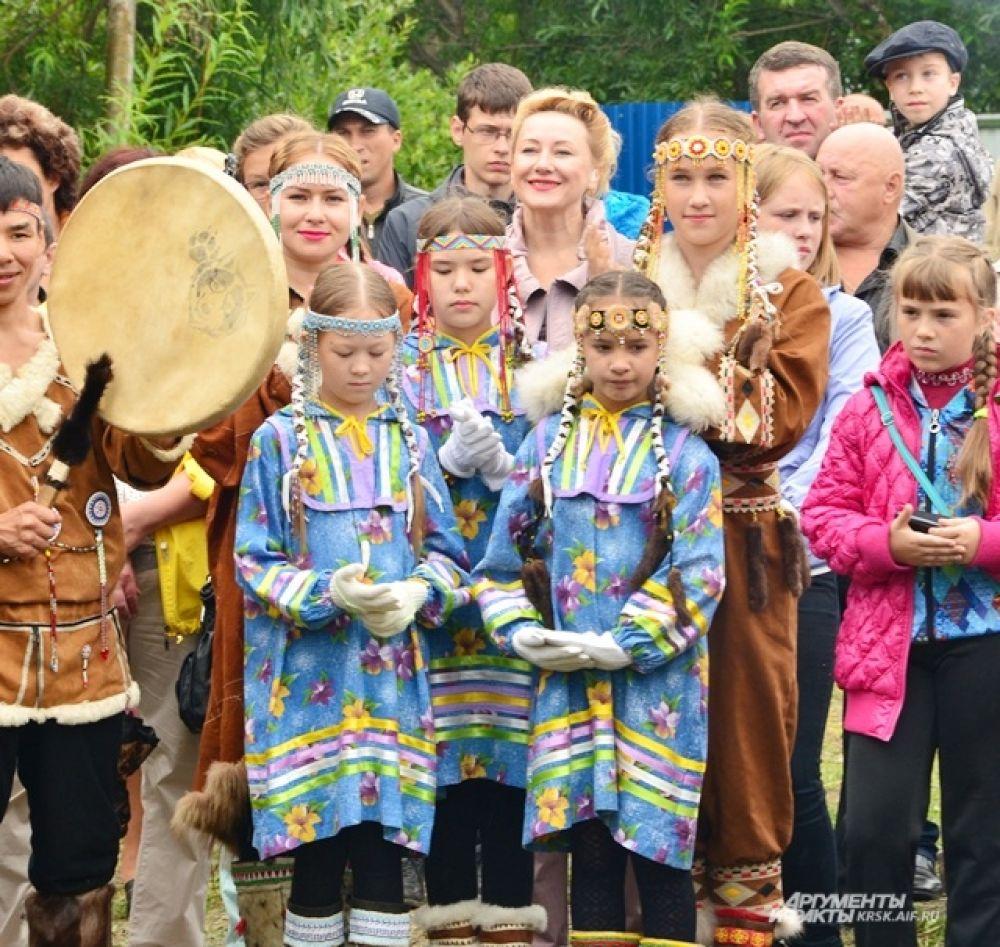 Гости праздника и юные артисты.