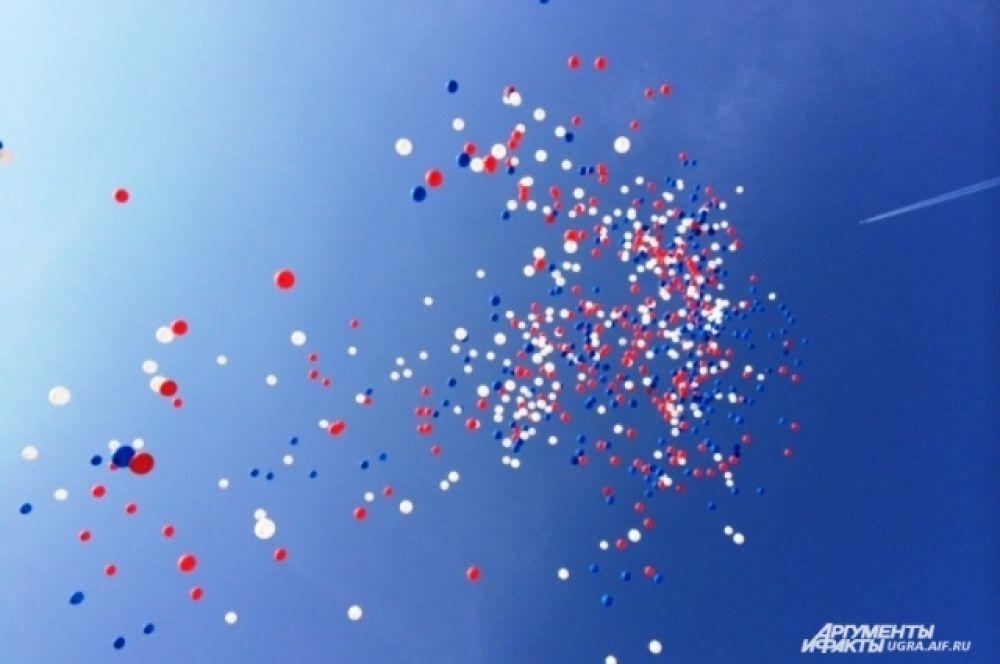 Международные соревнования открылись в субботу 9 августа. В честь открытия в небо были выпущены белые, красные и синие воздушные шары.