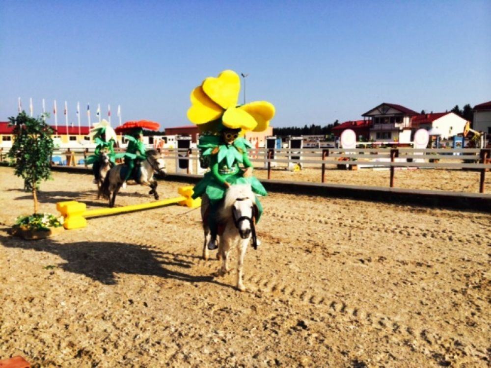 Наездницы на пони также перепрыгивали через препятствия, чем привели в восторг зрителей-малышей.