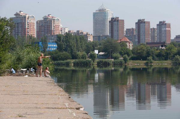 Местные жители ловят рыбу, Донецк.