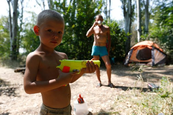 Жители Донецка, бежавшие от бомбёжек в лес.