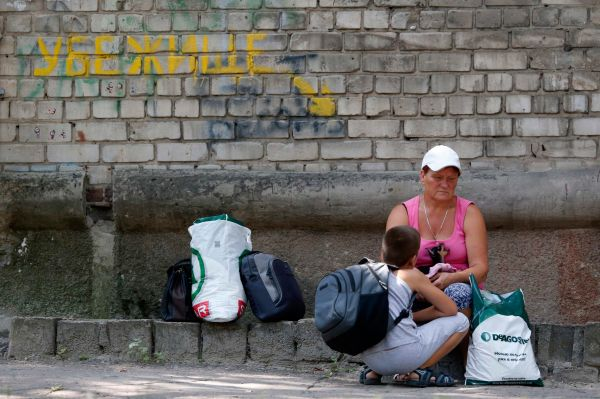 У бомбоубежища в Донецке.