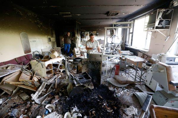 Пострадавший в результате бомбёжек дом в Донецке.