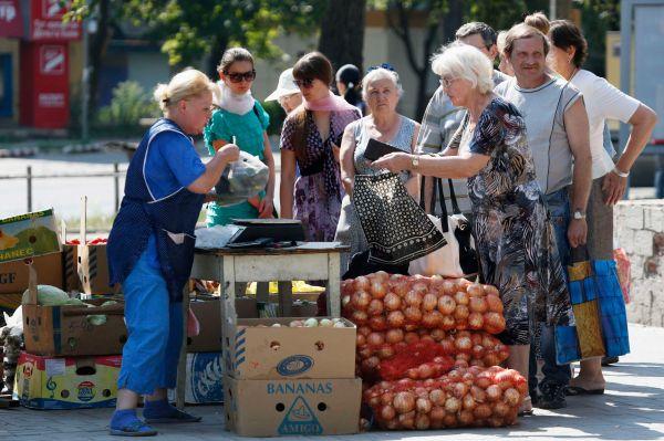 Торговля овощами на улицах Донецка.