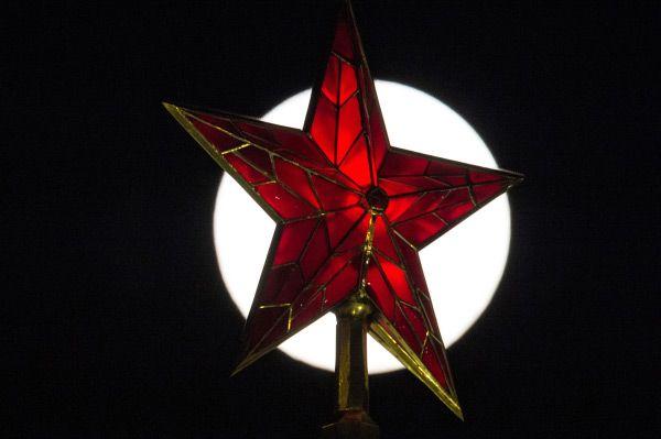 Кремлёвская звезда на фоне Луны, Москва.
