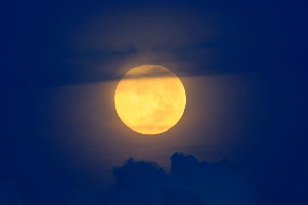 Луна над Манилой, Индонезия.