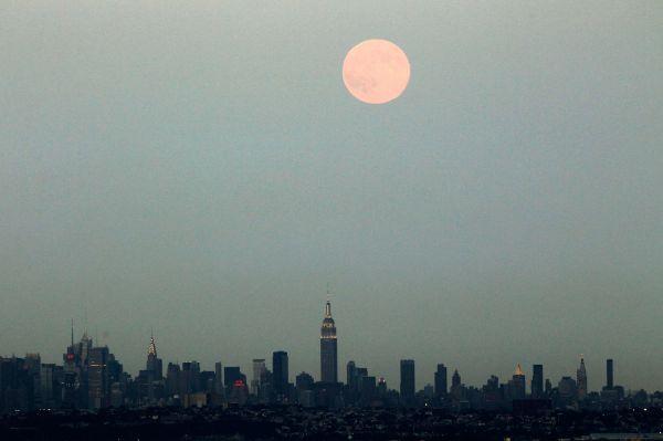 Нью-Йорк во время суперлуния.