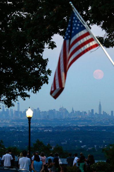 Вид на Нью-Джерси во время суперлуния.