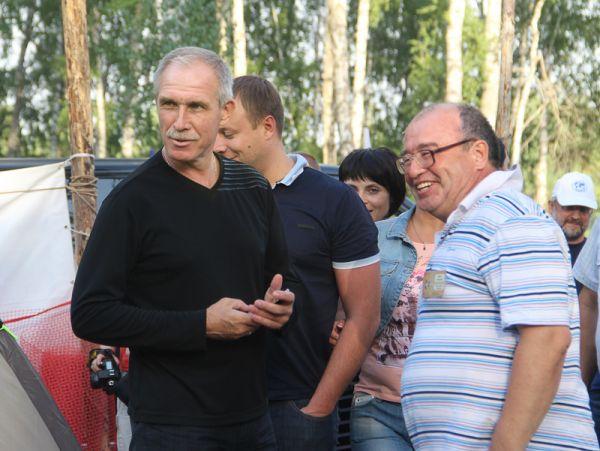 Высокого гостя встречает руководитель Клуба авторской песни Ирек Гатауллин