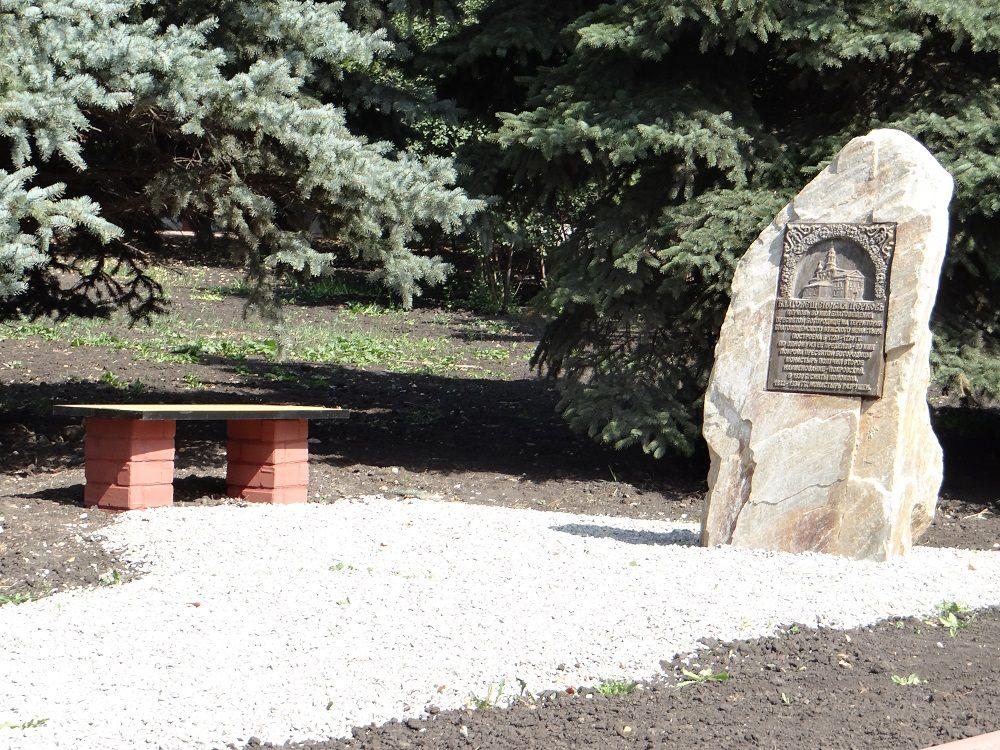Камни - гранит, мрамор и кварцит-амфиболит