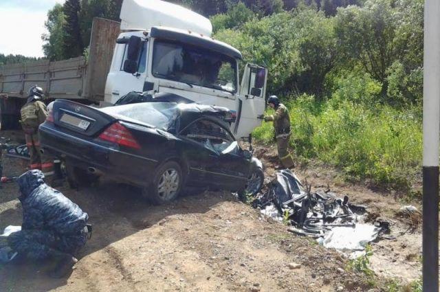 ДТП: Мерседес влетел в грузовик